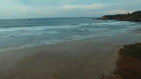 Filmación de las ondas en la playa maravillosa, playa Vila en Imbituba, Santa Catarina, el Brasil