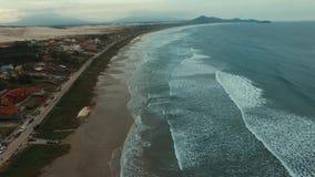 Filmación de las ondas y de la playa en un lugar maravilloso, playa de Ribanceira
