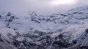 Filmación del panorama en un pico de montaña almacen de video