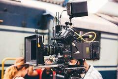 Filmande- och videoproduktion är en yrkesmässig kamera, royaltyfri fotografi