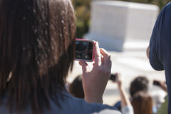 Filmande på smartphonen Royaltyfria Bilder