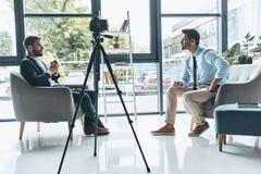 Filmando a entrevista fotos de stock royalty free