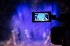 Filmando a mostra do auditório Visor do LCD na câmara de vídeo Desempenho teatral Os atores na fase foto de stock