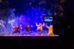 Filmando a mostra do auditório Visor do LCD na câmara de vídeo Desempenho teatral Os atores na fase fotos de stock