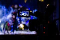 Filmando a mostra do auditório Visor do LCD na câmara de vídeo Desempenho teatral Os atores na fase imagem de stock