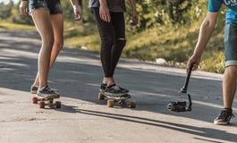 Filmando o processo de Skateboarding imagem de stock
