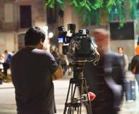 Filmando o trabalho do operador na rua na noite fotografia de stock royalty free