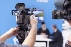 Filmando um evento com uma câmara de vídeo Fotos de Stock Royalty Free