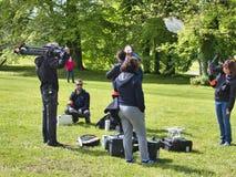 Filmant le groupe ext?rieur traitent l'enregistrement de publicit? de film dans le jardin images libres de droits