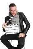 Filmarbetare som ner sitter i svart omslag Arkivfoton