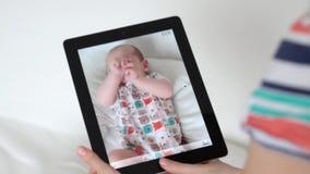 Filmbaby met digitale tablet stock video