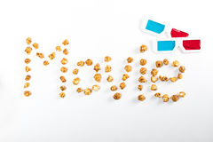 Filmbeschriftung gemacht vom Popcorn und von den Gläsern 3D auf Weiß, Filmzeitkonzept Lizenzfreie Stockfotos