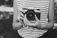 Filmcamera in de handen van het meisje Royalty-vrije Stock Afbeeldingen