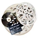 Filmclapper och olik biofilmrulle som isoleras på vit arkivbilder