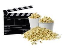 Filmclapperboard och popcorn som isoleras på vit arkivfoto