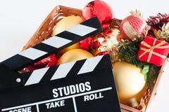 Filmclapperbräde och julgarnering arkivfoton