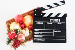 Filmclapperbräde och julgarnering royaltyfri foto