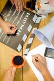 Filmdanande med clapperboarden, megafon och Arkivfoto