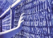 Filmdistorsion av en hand på ett staket royaltyfria foton