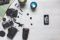 Filme a câmera, a câmera do dslr e o conceito do desenvolvimento de tecnologia do smartphone Vista superior Imagens de Stock Royalty Free