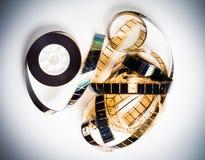 Filme de filme desenrolado de 35 milímetros no branco Imagens de Stock Royalty Free