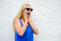 Filme de observação da jovem mulher bonita com os vidros 3D, excitando guardando as mãos Fotos de Stock