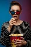 Filme de observação da menina bonita com vidros 3d Foto de Stock Royalty Free