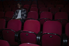 Filme de observação do homem no teatro foto de stock royalty free