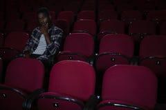 Filme de observação do homem no teatro fotografia de stock