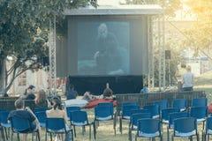 Filme de observação dos povos no cinema exterior Fotografia de Stock Royalty Free