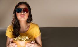 Filme de observação da jovem mulher em casa Fotos de Stock Royalty Free