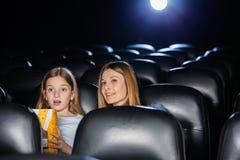 Filme de observação surpreendido da mãe e da filha Imagens de Stock