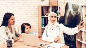 Filme de raio X árabe do doutor Appointment Holding fotos de stock
