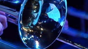 Filme do close up da trombeta do fragmento Close up do instrumento no foco e focusless