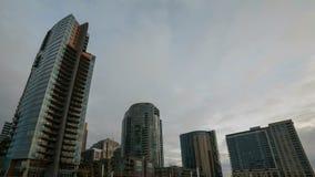 Filme do lapso de tempo de condomínios moventes rápidos de Gray Clouds Over Downtown Highrise em Portland Oregon em um dia de inv filme
