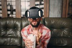 Filme emocionante de observação do homem em óculos de proteção do vr Imagens de Stock