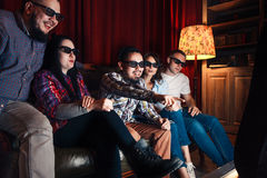 Filme entusiasmado do relógio de cinco amigos nos vidros 3d Foto de Stock