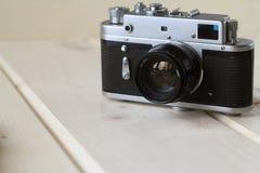 Filme la cámara retra en una tabla de madera, concepto retro Fotografía de archivo