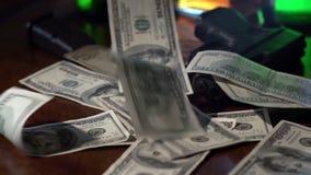 Filme um tiro noir de 100 notas de dólar que caem no movimento lento filme