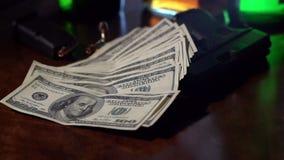 Filme um tiro noir de 100 notas de dólar que caem no movimento lento em uma arma. vídeos de arquivo