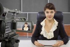 Filmen des weiblichen Reporters in einem Satz Stockfotografie