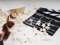 filmen i spiralen, nära popcornet, Clapperboard kopieringsutrymme för text, mode markerar i fotoet, begreppet, filmindustr arkivbilder