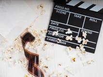 filmen i spiralen, nära popcornet, Clapperboard kopieringsutrymme för text, mode markerar i fotoet, begreppet, filmindustr royaltyfria foton