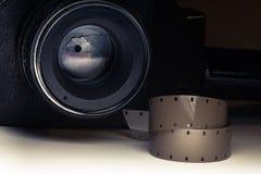 Filmen river av closeupen med kameran för tappningfilmbion i skugga på bakgrund Royaltyfri Bild