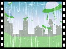Filmen Sie Streifen der ufos, die über Stadtlandschaft fliegen Lizenzfreies Stockfoto