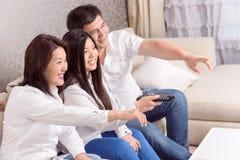 Filmes de observação da família asiática em casa imagens de stock royalty free