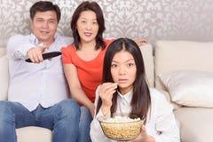 Filmes de observação da família em casa imagens de stock