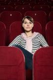 Filmes de observação da menina atrativa Fotos de Stock Royalty Free
