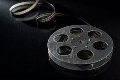 Filmfilmrulle på mörker Arkivbild