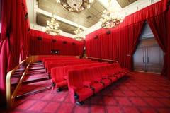 Filmi il teatro con i candelieri e le file dei sedili Fotografia Stock Libera da Diritti